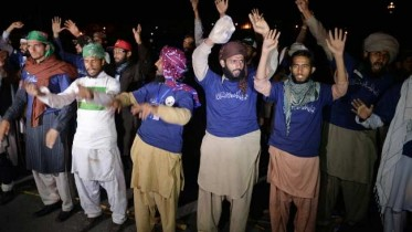 Pakistan Protesters Refuse